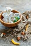 Γλυκό nougat με τα αμύγδαλα και γλασαρισμένα φρούτα σε ένα ξύλινο κύπελλο Στοκ εικόνα με δικαίωμα ελεύθερης χρήσης