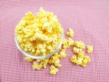 Γλυκό popcorn στο κιβώτιο στο κόκκινο υπόβαθρο λωρίδων στοκ εικόνες