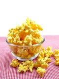 Γλυκό popcorn στο κιβώτιο στο κόκκινο υπόβαθρο λωρίδων Στοκ Φωτογραφία