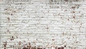 Γδυμένος κόκκινος τοίχος τούβλων με το χρώμα στο λευκό στοκ φωτογραφία με δικαίωμα ελεύθερης χρήσης