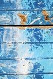 γδυμένος στην μπλε πόρτα και το σκουριασμένο καρφί στοκ εικόνα με δικαίωμα ελεύθερης χρήσης