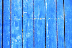γδυμένος στην μπλε πόρτα και το σκουριασμένο καρφί στοκ εικόνα