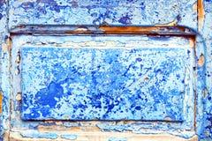 γδυμένος στην ξύλινη πόρτα ε και το σκουριασμένο καρφί στοκ φωτογραφίες