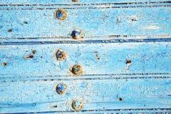 γδυμένος στο ξύλινο σκουριασμένο καρφί πορτών στοκ φωτογραφίες με δικαίωμα ελεύθερης χρήσης