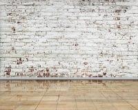 Γδυμένος τοίχος τούβλων με το καθαρό reflactive ξύλινο πάτωμα εσωτερικό στοκ εικόνες