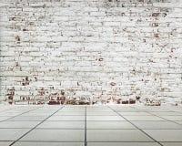 Γδυμένος τοίχος τούβλων με το πάτωμα πλακών στοκ εικόνα με δικαίωμα ελεύθερης χρήσης