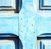 Γδυμένο χρώμα στην μπλε ξύλινη πόρτα και το σκουριασμένο καρφί στοκ εικόνες με δικαίωμα ελεύθερης χρήσης