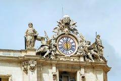 Γλυπτά και ρολόι στην πρόσοψη των εργασιών πόλεων του Βατικανού Στοκ Φωτογραφίες