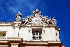 Γλυπτά και ρολόι στην πρόσοψη των εργασιών πόλεων του Βατικανού Στοκ Εικόνες
