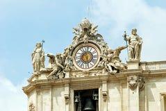 Γλυπτά και ρολόι στην πρόσοψη των εργασιών πόλεων του Βατικανού Στοκ Φωτογραφία