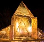 Γλυπτά πάγου με τα κίτρινα και πορφυρά ελαφριά κυριώτερα σημεία Στοκ Φωτογραφίες
