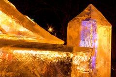 Γλυπτά πάγου με τα κίτρινα και πορφυρά ελαφριά κυριώτερα σημεία Στοκ Φωτογραφία