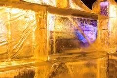 Γλυπτά πάγου με τα κίτρινα και πορφυρά ελαφριά κυριώτερα σημεία Στοκ εικόνες με δικαίωμα ελεύθερης χρήσης