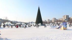 Γλυπτά πάγου, περπατώντας άνθρωποι και χριστουγεννιάτικο δέντρο σε Perm, Ρωσία στη χειμερινή ημέρα απόθεμα βίντεο