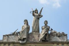 Γλυπτά του αγγέλου και των δραστών στη στέγη Arena del Sole στη Μπολόνια Στοκ Εικόνες