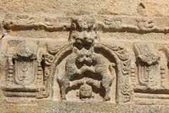Γλυπτική ναών Vittala Hampi του ανθρώπινου κεφαλιού κάτω από τα πόδια δύο άγριων ζώων πάλης Στοκ εικόνες με δικαίωμα ελεύθερης χρήσης