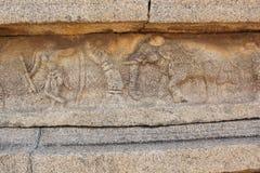 Γλυπτική τοίχων ναών Vittala Hampi του ατόμου με το τόξο και το βέλος και ένας αρσενικός ελέφαντας Στοκ εικόνες με δικαίωμα ελεύθερης χρήσης