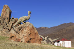 Γλυπτό δεινοσαύρων σε έναν εγκαταλειμμένο τουρίστα σύνθετο Στοκ Εικόνες