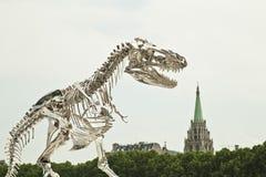Γλυπτό ενός σκελετού τυραννοσαύρων στο Παρίσι στοκ φωτογραφία με δικαίωμα ελεύθερης χρήσης