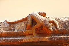 Γλυπτό πιθήκων σε έναν τοίχο ενός ινδού ναού Στοκ Εικόνες