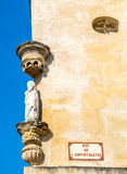 Γλυπτό στη γωνία του δρόμου σε Arles, Γαλλία Στοκ εικόνες με δικαίωμα ελεύθερης χρήσης