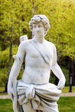 Γλυπτό στο κλασικό ύφος Άγαλμα ενός κυνηγού ατόμων με το τόξο στο πάρκο Στοκ Εικόνα