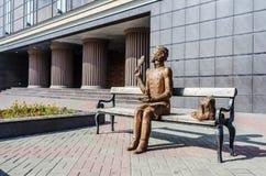 Γλυπτό της συνεδρίασης Pushkin στον πάγκο Στοκ φωτογραφία με δικαίωμα ελεύθερης χρήσης