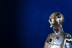 Γλυπτό του αρρενωπού ρομπότ σε ένα σκούρο μπλε υπόβαθρο Στοκ φωτογραφία με δικαίωμα ελεύθερης χρήσης