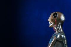 Γλυπτό του αρρενωπού ρομπότ σε ένα σκούρο μπλε υπόβαθρο Στοκ Εικόνες