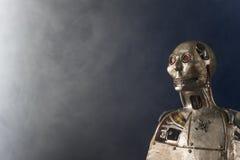 Γλυπτό του αρρενωπού ρομπότ σε ένα σκούρο μπλε υπόβαθρο Στοκ φωτογραφίες με δικαίωμα ελεύθερης χρήσης