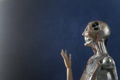 Γλυπτό του αρρενωπού ρομπότ σε ένα σκούρο μπλε υπόβαθρο Στοκ Φωτογραφία