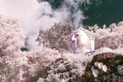 Γλυπτό του Βούδα στο βουνό, Ταϊλάνδη που λαμβάνεται κοντά στις υπέρυθρες ακτίνες Στοκ Εικόνα
