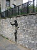 Γλυπτό χαλκού passe-Muraille, Παρίσι, Γαλλία Στοκ Εικόνες