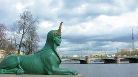 Γλυπτό χρονικού σφάλματος Sphinx στη γέφυρα Kamennoostrovsky, στο ανάχωμα της Μαλαισίας Nevka Σύμβολο της Άγιος-Πετρούπολης, Ρωσί απόθεμα βίντεο