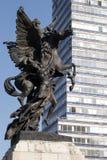 Γλυπτό Pegasus μπροστά από το λατινοαμερικάνικο πύργο στο Μεξικό Στοκ φωτογραφίες με δικαίωμα ελεύθερης χρήσης