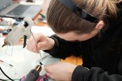 Γλύπτης ατόμων που κάνει το χειροποίητο μικροσκοπικό πλαστικό παιχνίδι, χόμπι χειροτεχνίας διακοσμήσεων σπιτιών, δημιουργία ντεκό Στοκ φωτογραφίες με δικαίωμα ελεύθερης χρήσης