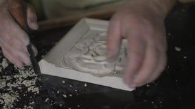 Γλύπτης που δημιουργεί το ντεκόρ τέχνης 4k απόθεμα βίντεο