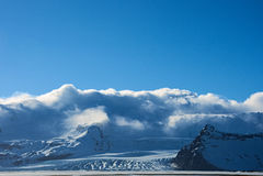 Γλώσσα παγετώνων μπροστά από τη χιονισμένη αλυσίδα βουνών στο ηλιοβασίλεμα στοκ φωτογραφία με δικαίωμα ελεύθερης χρήσης