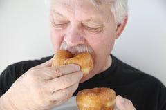 Δάγκωμα ατόμων φρέσκο doughnut Στοκ φωτογραφία με δικαίωμα ελεύθερης χρήσης