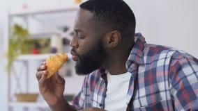 Δάγκωμα τύπων αφροαμερικάνων croissant και αίσθημα toothpain, ευαισθησία γόμμας φιλμ μικρού μήκους