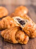 Δάγκωμα croissants με τη σοκολάτα, κινηματογράφηση σε πρώτο πλάνο Στοκ Εικόνα
