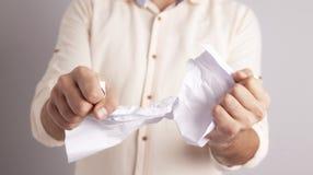 Δάκρυ εγγράφου χεριών επιχειρηματιών στοκ φωτογραφία
