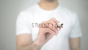 Δάνειο σπουδαστών, άτομο που γράφει στη διαφανή οθόνη στοκ εικόνες