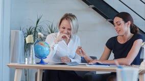 Δάσκαλοι σχολείου που συζητούν κάτι που χαμογελά μετά από τις κατηγορίες Στοκ Φωτογραφίες