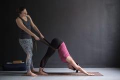 Δάσκαλος ή pilates εκπαιδευτικός γιόγκας που βοηθά τη νέα γυναίκα για να τεντώσει τους μυς στοκ φωτογραφίες με δικαίωμα ελεύθερης χρήσης