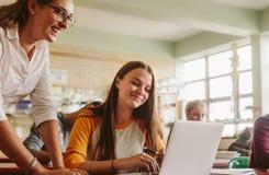 Δάσκαλος γυμνασίου που βοηθά το σπουδαστή στην τάξη Στοκ Εικόνα