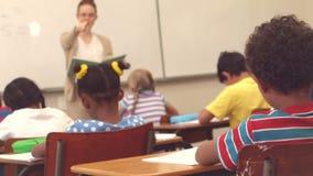 Δάσκαλος επιλέγοντας ένας από τους σπουδαστές της στην απάντηση φιλμ μικρού μήκους