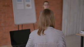 Δάσκαλος και μαθητής μαλακή εστίαση στο δάσκαλο, η μυστήρια προσωπικότητα 4K του δασκάλου φιλμ μικρού μήκους