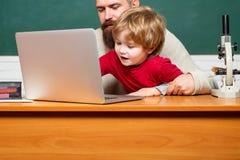 Δάσκαλος και παιδί Ευτυχής οικογένεια - μπαμπάς και γιος από κοινού Υπόβαθρο πινάκων κιμωλίας Παιδική ηλικία και πατρότητα Ο γιος στοκ εικόνα
