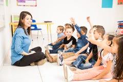 Δάσκαλος και σπουδαστές που έχουν τη διασκέδαση στο σχολείο Στοκ φωτογραφία με δικαίωμα ελεύθερης χρήσης